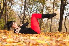 执行执行俏丽的女子瑜伽 免版税图库摄影