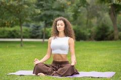 执行执行俏丽的女子瑜伽 免版税库存照片
