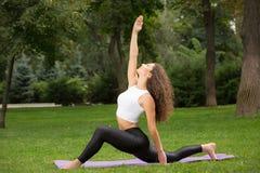 执行执行俏丽的女子瑜伽 免版税库存图片