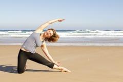 执行执行健康女子瑜伽年轻人 库存照片