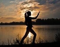 执行执行剪影女子瑜伽年轻人 免版税库存图片