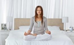 执行执行女子瑜伽年轻人的河床 免版税库存图片