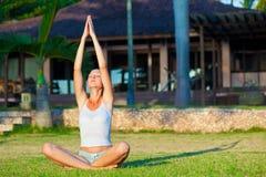 执行执行女子瑜伽 免版税库存图片