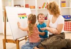 执行执行孩子算术妈妈 库存图片