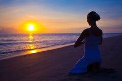 执行执行户外女子瑜伽 免版税库存图片