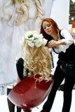 执行扩展名头发的美容师 免版税库存照片