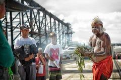执行抽烟的仪式的澳大利亚土人 免版税库存照片