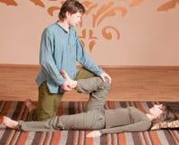 执行按摩瑜伽的夫妇 图库摄影