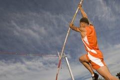 执行撑竿跳高的女运动员 免版税图库摄影