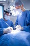 执行操作运转中剧院的外科医生 免版税库存照片