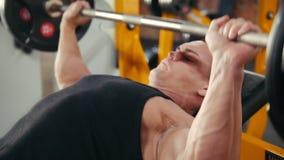 执行斜面杠铃在长凳的爱好健美者新闻锻炼在健身房 关闭 影视素材