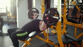 执行斜面杠铃在长凳的爱好健美者新闻锻炼在健身房 影视素材
