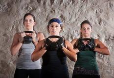 执行新兵训练所样式锻炼的朋友 库存图片