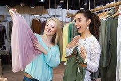 执行新购物的妇女 库存照片