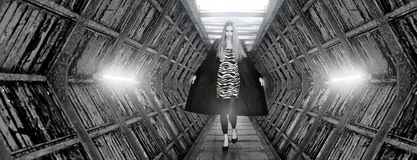 执行时装模特儿的狭小通道 免版税图库摄影