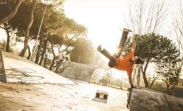 执行杂技跃迁轻碰的都市运动员breakdancer在skatepark 库存照片