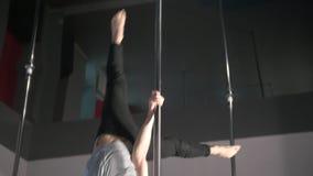 执行杆舞蹈的运动年轻人在演播室行使 股票录像