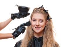执行染发剂的美发师 库存照片