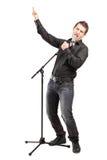 执行歌曲的一个男性歌唱家的全长纵向 库存图片