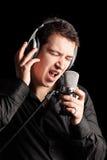 执行歌曲的一个男性歌唱家 免版税库存照片