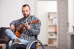 执行歌曲的年轻残疾人 库存图片
