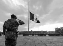 执行每日旗子的战士和军警降低仪式在Zocalo 免版税库存照片
