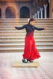 执行游人和传球手的女性舞蹈家佛拉明柯舞曲在塞维利亚的中心 免版税库存照片