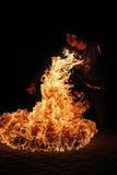 执行火呼吸的火艺术家 免版税库存照片