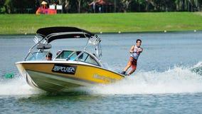 执行特技的运动员在裂口卷毛新加坡全国相互大学运动代表队&工艺学校Wakeboard冠军期间2014年 免版税图库摄影