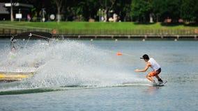 执行特技的运动员在裂口卷毛新加坡全国相互大学运动代表队&工艺学校Wakeboard冠军期间2014年 免版税库存照片