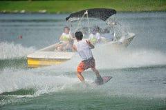 执行特技的运动员在裂口卷毛新加坡全国相互大学运动代表队&工艺学校Wakeboard冠军期间2014年 库存照片