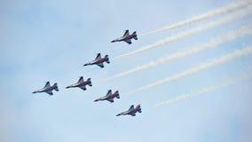 执行特技飞行的新加坡空军队(RSAF)黑骑士共和国在他们的F-16在新加坡Airshow 库存照片