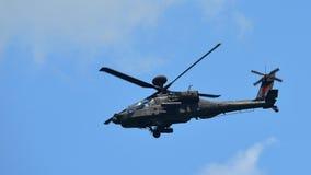 执行特技飞行的RSAF AH-64D亚帕基直升机在新加坡Airshow 免版税库存图片