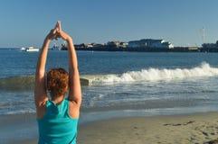 执行瑜伽姿势的圣塔巴巴拉海滩树Vrikasasana 自然风景瑜伽 库存图片