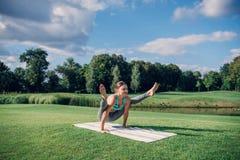 执行瑜伽姿势的白种人妇女 库存照片