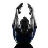 执行瑜伽弓姿势的妇女 库存图片