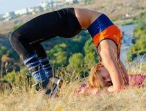 执行瑜伽执行的女孩 库存图片