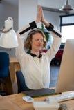 执行瑜伽的女性图表设计师 库存图片