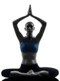 执行瑜伽的妇女思考 免版税库存照片