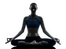 执行瑜伽的妇女思考 图库摄影