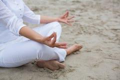 执行瑜伽的妇女的中间部分 库存图片