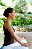 执行瑜伽的妇女 免版税库存图片