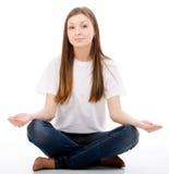 执行瑜伽的妇女 免版税库存照片