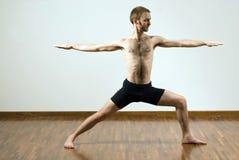 执行瑜伽的执行水平的人 免版税库存图片