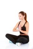 执行瑜伽的相当少妇纵向  免版税库存照片