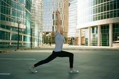 执行瑜伽的资深妇女 免版税库存图片
