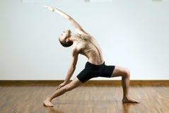 执行瑜伽的水平的人 免版税库存图片