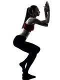 执行瑜伽老鹰姿势的妇女 免版税库存照片