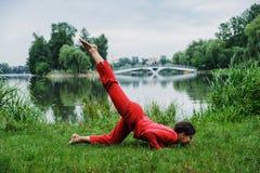 执行瑜伽锻炼的美丽的少妇 图库摄影