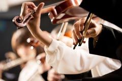 执行的小提琴手,手特写镜头 免版税库存照片